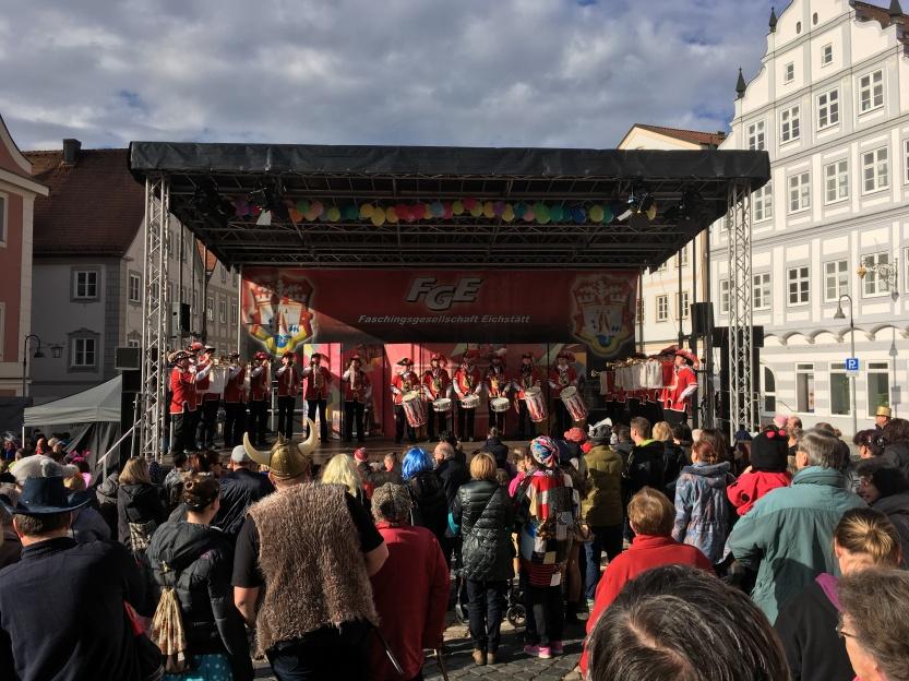 Mobile Bühne 10x6 überdacht zum Rosenmontagsumzug in Eichstätt